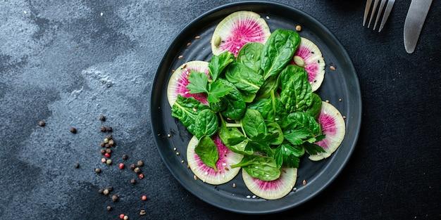 Sałatka z arbuza rzodkiewka chińska dieta daikon wegańska plasterki różowe owoce dieta keto lub paleo
