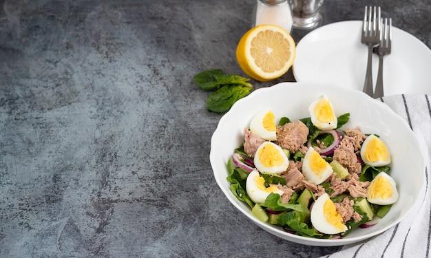 Sałatka z awokado ze szpinakiem z tuńczykiem, gotowanymi jajkami i oliwą z oliwek