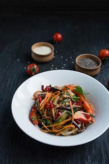 Sałatka z bakłażana, pieprzu i marchwi. koreańska sałatka z bakłażana. biały wegetarianizm. widok z góry. .