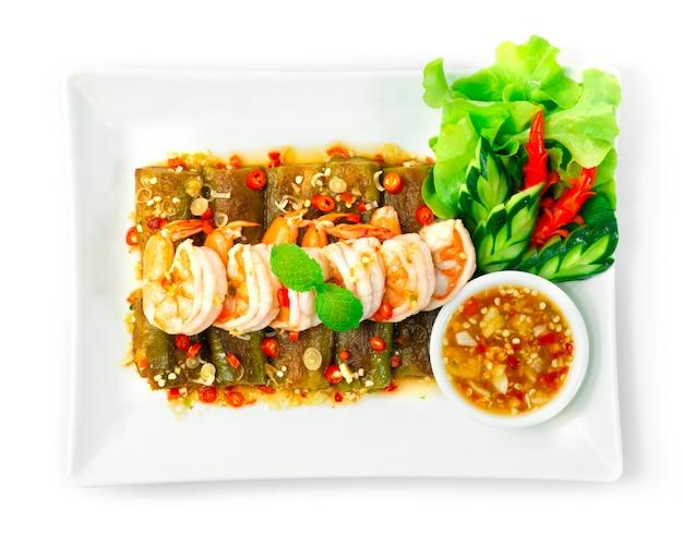 Sałatka z bakłażanów z krewetkami podawana chilli owoce morza pikantny sos thaifood style dekoruj rzeźbione warzywa topview