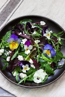 Sałatka z bratki i zioła doprawione olejem roślinnym, sokiem z cytryny i przyprawami.