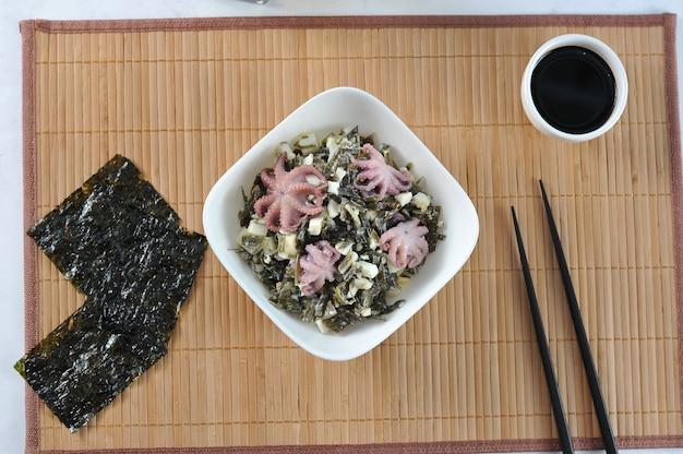 Sałatka z chuka kapusty morskiej, ośmiornicy
