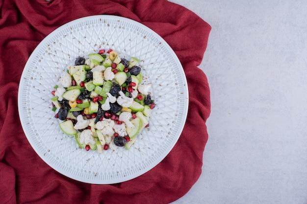 Sałatka z czarnymi oliwkami i warzywami na półmisku
