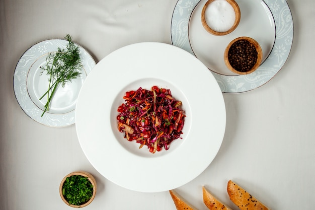 Sałatka z czerwonej kapusty na stole