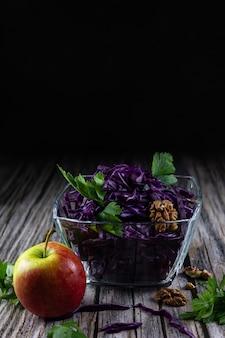 Sałatka z czerwonej kapusty z jabłkami zdrowa dieta, detoks, wegańska, wegetariańska, wiosenna sałatka warzywna
