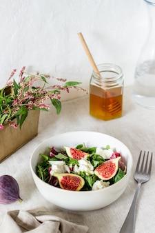 Sałatka z figami, serem i miodem