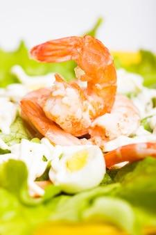 Sałatka z gotowanymi krewetkami, jajkiem przepiórczym i sosem