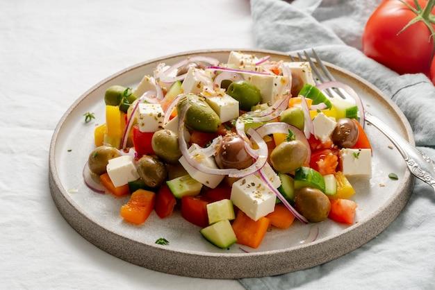 Sałatka z greckiej wioski horiatiki z serem feta i warzywami, wegetariańskie jedzenie śródziemnomorskie, niskokaloryczny posiłek dietetyczny, widok z boku, zbliżenie