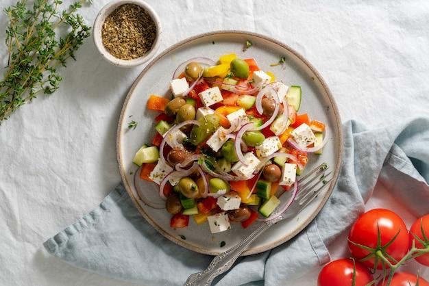 Sałatka z greckiej wioski horiatiki z serem feta i warzywami, wegetariańskie jedzenie śródziemnomorskie, niskokaloryczny posiłek dietetyczny, widok z góry