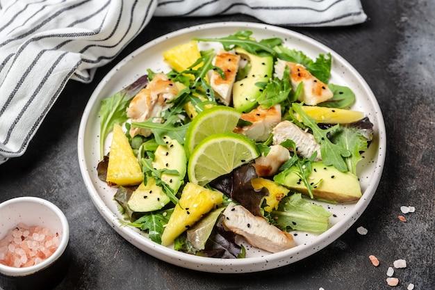 Sałatka z grillowaną piersią kurczaka z ananasem, awokado, zieloną rukolą z limonką