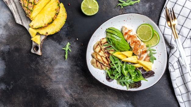 Sałatka z grillowanym halloumi i ananasem z piersią kurczaka, awokado, rukolą, limonką
