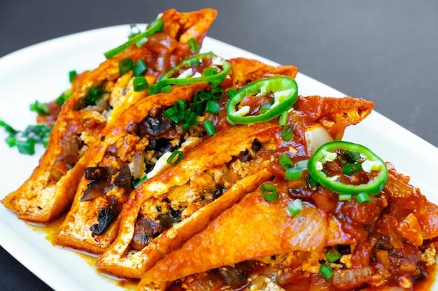 Sałatka z grillowanym serem halloumi z pomarańczą, pomidorami i sałatą. zdrowe jedzenie.