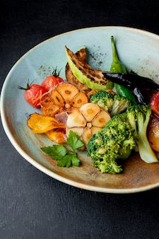 Sałatka z grillowanymi warzywami i brokułami