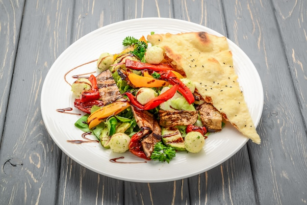 Sałatka z grillowanymi warzywami i serem