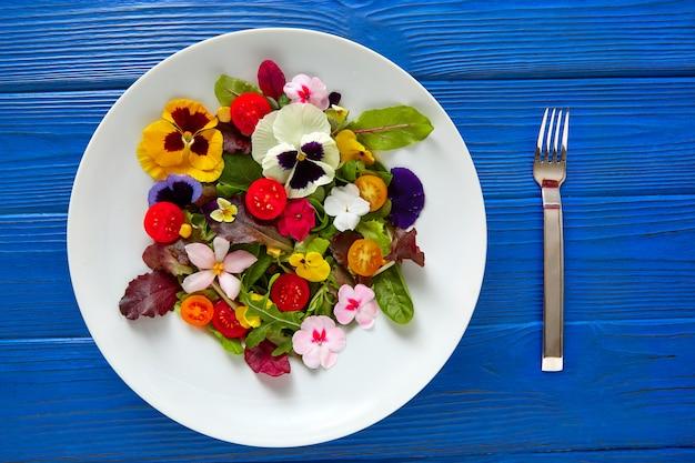 Sałatka z jadalnych kwiatów na talerzu