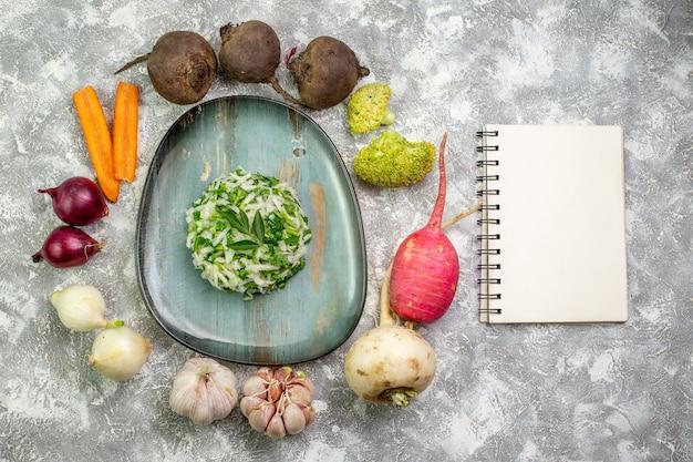 Sałatka z kapusty z widokiem z góry ze świeżymi warzywami