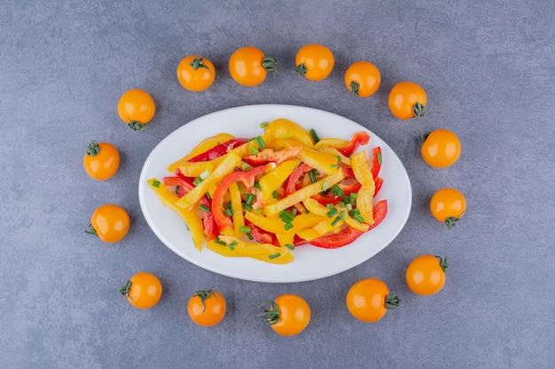 Sałatka z kolorową siekaną papryką i pomidorkami koktajlowymi