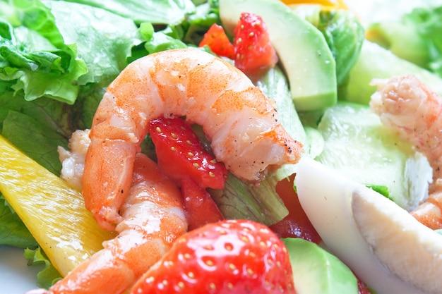 Sałatka z krewetkami i warzywami