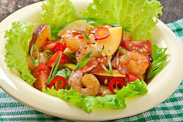 Sałatka z krewetkami z brzoskwiniami, pomidorem, awokado i sałatą