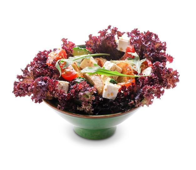 Sałatka z kurczaka pyszne z warzywami w misce na białym tle