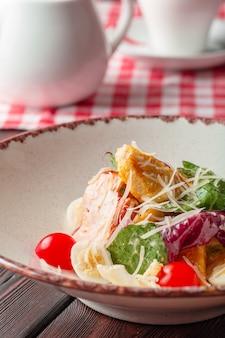 Sałatka z kurczaka sałatka cezara z kurczakiem. sałatka cezar z grillowanym kurczakiem na talerzu