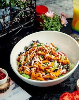 Sałatka z kurczakiem z sałatą kukurydzianą i pomidorem