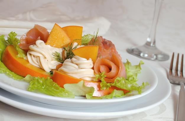 Sałatka z łososia z persimmon i serkiem śmietankowym zbliżenie