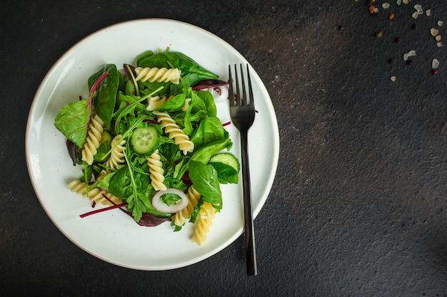 Sałatka z makaronem fusilli (liście sałaty, szpinaku, warzyw, biżuterii) koncepcja menu