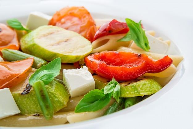 Sałatka z makaronem, warzywami i feta