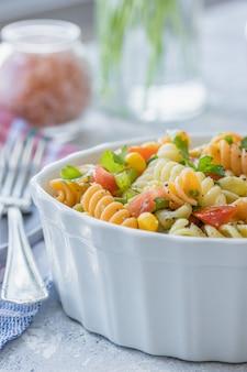 Sałatka z makaronu trójkolorowego z warzywami