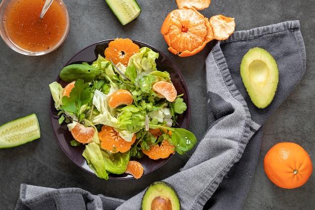 Sałatka z mandarynki na stole