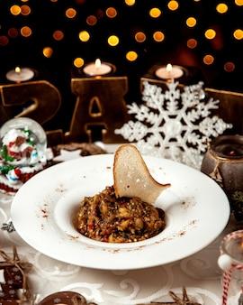 Sałatka z mangalu z krakersem na wierzchu