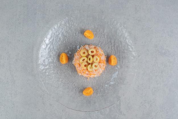 Sałatka z marchwi z zielonymi marynowanymi oliwkami