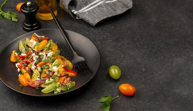 Sałatka z mieszanki pomidorów pod wysokim kątem z serem feta, rukolą i copyspace