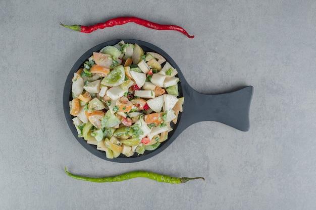 Sałatka z mieszanych warzyw z posiekanymi i mielonymi składnikami