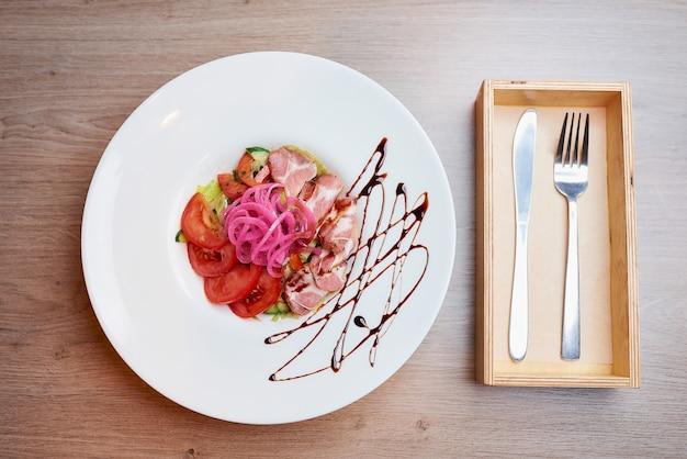 Sałatka z mięty i dolendwitz w restauracji na stole