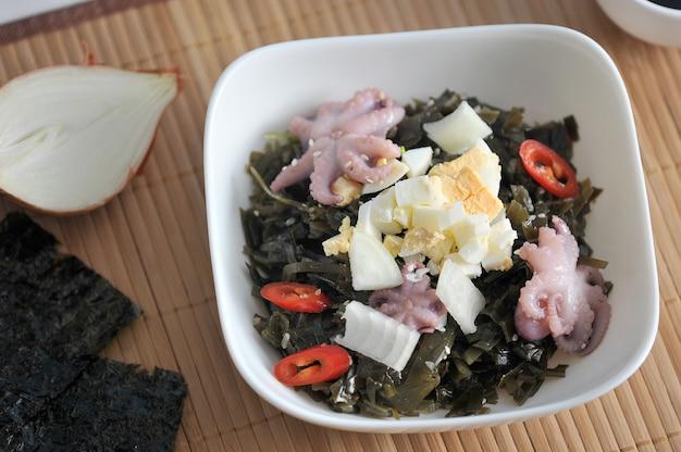 Sałatka z morskiej kapusty ośmiornicy, jaj i cebuli