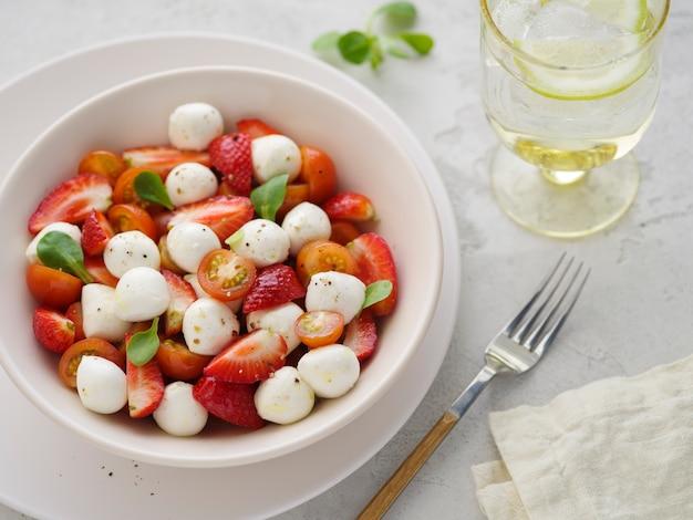 Sałatka z mozzarellą, truskawkami i pomidorkami koktajlowymi