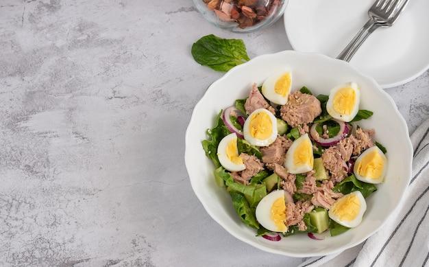 Sałatka z ogórka, tuńczyka w puszkach i awokado z jajkiem, widok z góry