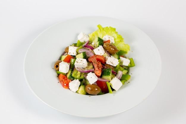 Sałatka z oliwkami z sera feta i świeżymi warzywami