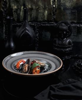 Sałatka z owoców morza z krabami i małżami