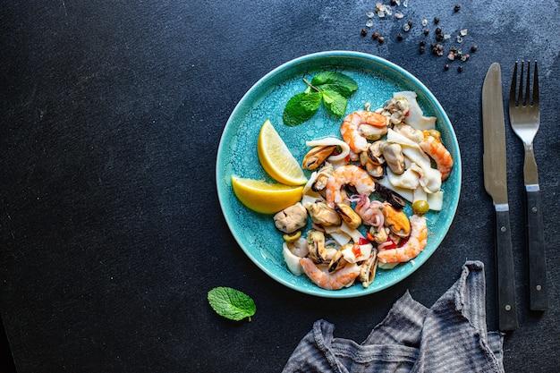 Sałatka z owoców morza z krewetkami, małżami i kalmarem