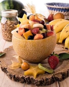Sałatka z owoców tropikalnych podawana w środku melona