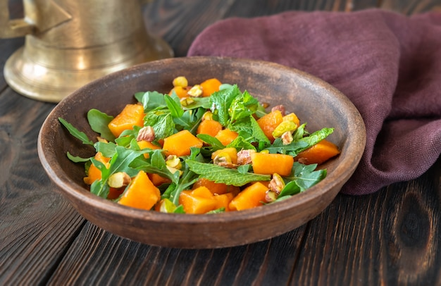 Sałatka z papai z miętą, pistacjami i rukolą