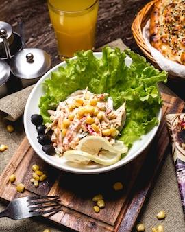 Sałatka z papryki z kurczakiem, ogórkiem i majonezem
