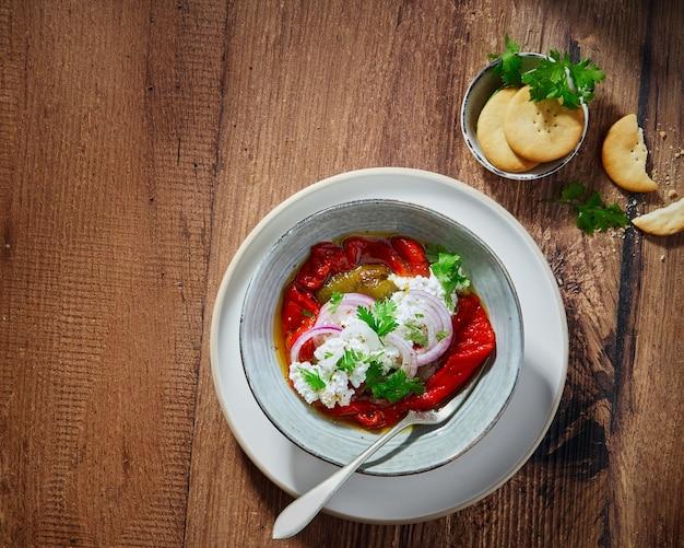 Sałatka z pieczonej papryki zielonej i czerwonej