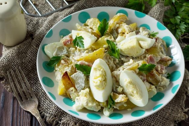 Sałatka z pieczonymi ziemniakami jajko z ogórka kiszonego i wędzonym indykiem