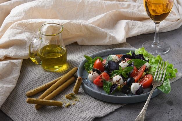 Sałatka z pomidorami bazylia i mozzarella wino wegetariańskie