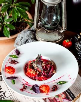 Sałatka z pomidorami, kapustą i orzechami przygotowana z sosem