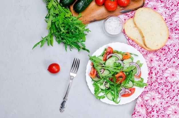 Sałatka z pomidorami, ogórkami i rukolą